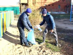 «Эковолонтеры» очищают улицы Стройкераминки от мусора