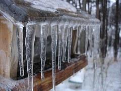 Меры безопасности при сходе снега и падении сосулек с крыш зданий
