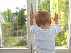 Как предотвратить выпадение ребенка из окна